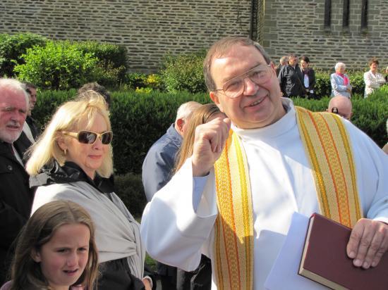 Accueil à l'église par le Père HERBERT